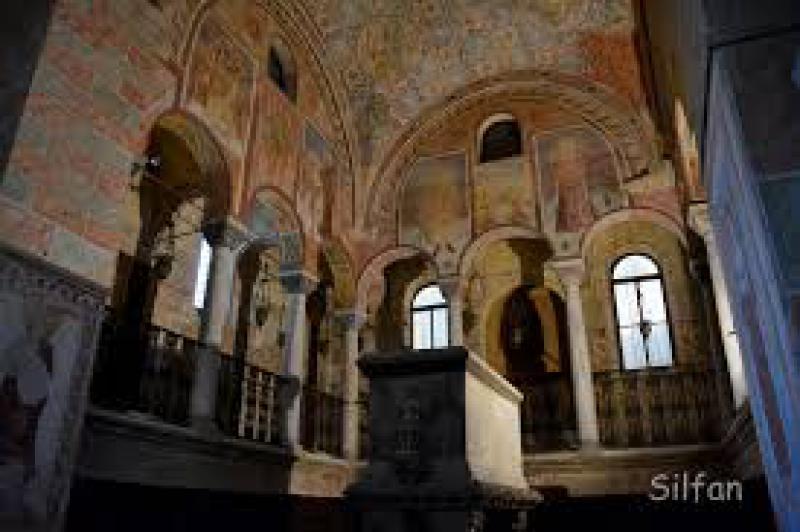 Basilica Dei Santi Vittore E Corona